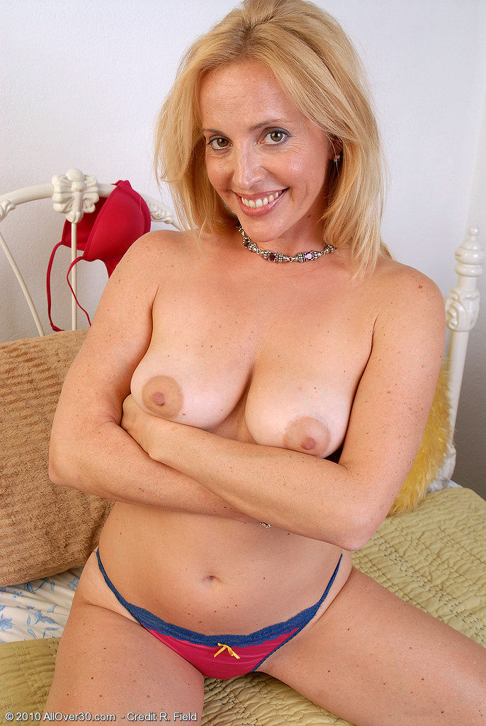 39 year old amateur milf ava does her first blowbang 4