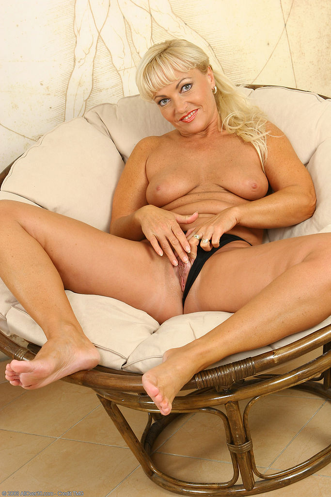 Mature Sadia with closeup spreading and fingeirng pussy