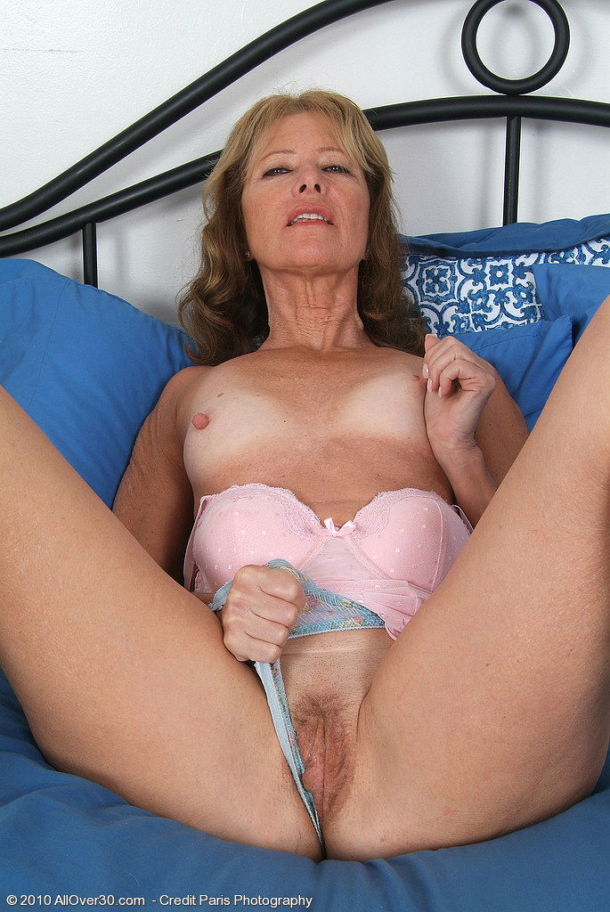 Mature soccer mom in stockings is dildoing her wanton pussy 9